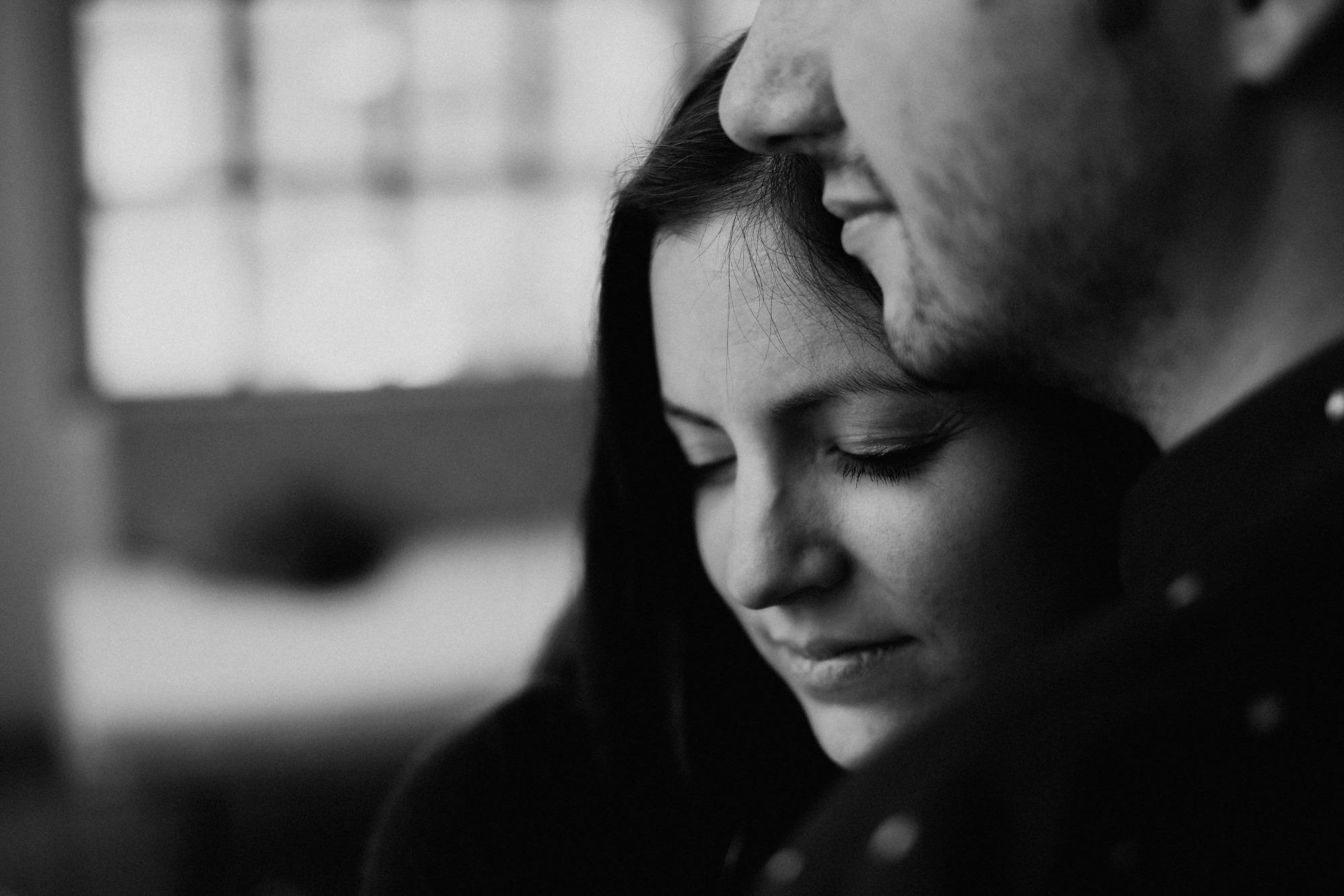 Marcella & Erol - Verlobungsshooting im Loft - Mira Niessen Fotografie Hochzeitsfotograf Aachen